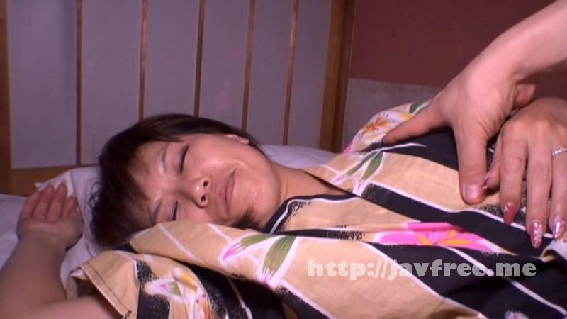 [GIGL 037] 奥さんのパンチラ誘惑に我慢も限界!尾行侵入して旦那が寝ている隣で夜這いした GIGL