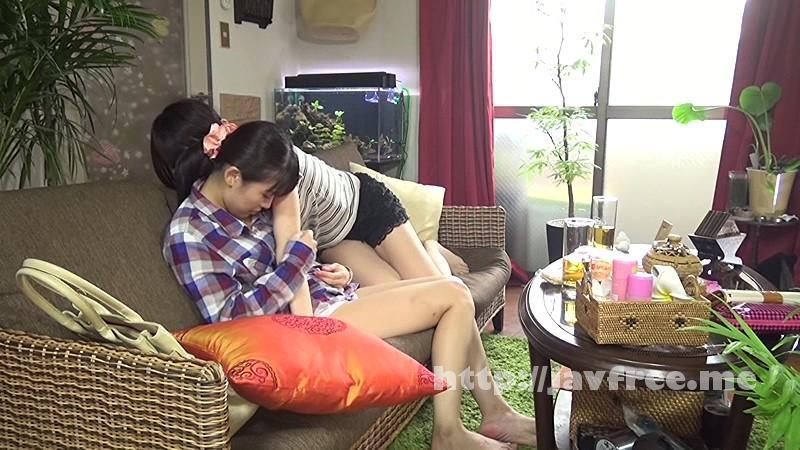 マッサージ体験に訪れた女子がパンツ丸見えの状態で身体を揉み解される!