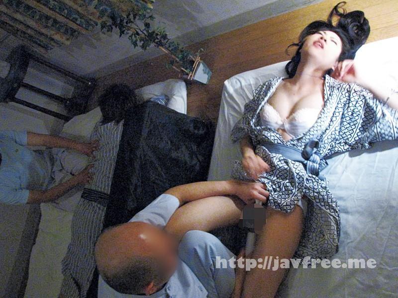 [SPZ 809] 寝ている旦那の隣で性感マッサージ「奥さん声出したらバレますよ」 SPZ
