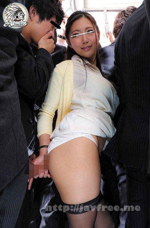 [HD][AP-566] 『えっ!?私みたいなおばさんで興奮してるの…?』満員電車で偶然、若い男の部下の手が胸に触れたまま密着してしまった女上司は、思わず勃起してしまうウブな部下に『私、おばさんよ…?』と言いつつも久しぶりに胸を揉まれる感触に発情が止まらない!電車が揺れる度に… - image AP-566-4 on https://javfree.me
