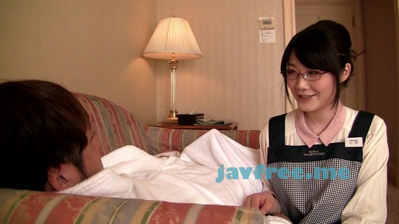 [CRC-075] メガネボインの客室係がいる掲示板でウワサのビジネスホテルを予約してみた。確かに服の上からでもハッキリとわかる爆乳、そして、部屋にはベッド…鑑賞だけで終わるのかと思ったその瞬間!メガネ巨乳客室係が粗相! 立川理恵 - image CRC-075-14 on https://javfree.me