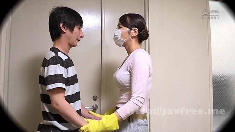 [FAA-230] 同じマンションの廊下の清掃員のオバちゃんはえげつない接吻で僕を誘惑。