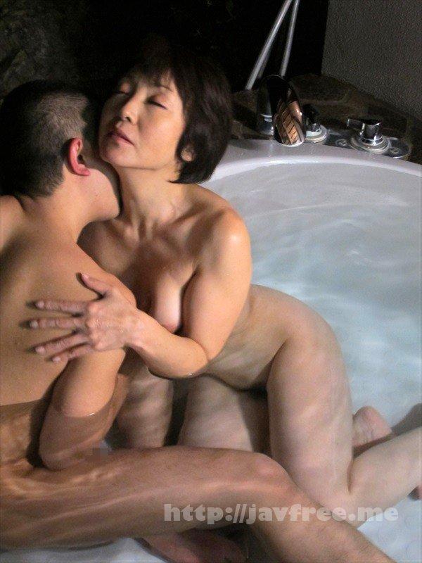 [HD][GIGL-632] ま、まさか、50過ぎの母親の裸体で勃起するなんて…決して裕福ではない母子家庭でシングルマザーとして懸命にボクを育ててくれた母との温泉旅行。二人っきりの混浴風呂で久しぶりに見た母さんの熟れた乳房に目が釘付けに…総集編 母と息子の温泉旅行BEST 8時間 - image GIGL-632-7 on https://javfree.me