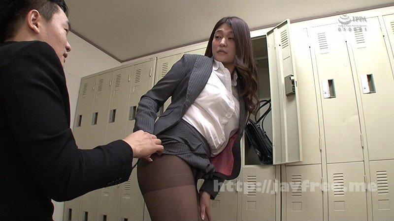 [HD][GS-225] デカ尻三十路のエロすぎる女子社員がタイトスカートに尻が入らず困っているところに遭遇!「エラいところを見てしまった…」と隠れるものの既に遅し、バッチリ見つかり叱られるかと思いきや「ちょっと、手伝ってくれない…?」とスカート履くのを手伝わされることに。 - image GS-225-1 on https://javfree.me