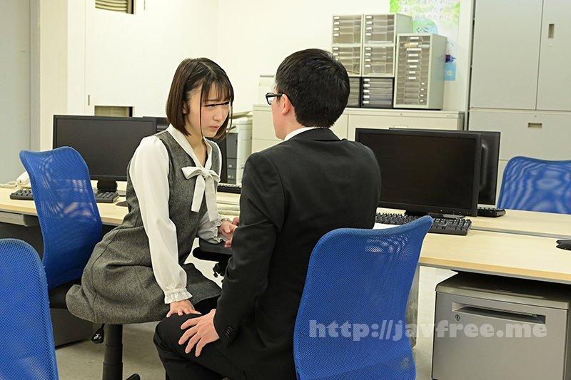 [HD][GS-398] 真面目だと思っていた地味で小柄な女子社員が…実はムッツリスケベのチ○ポ大好き娘!バレないように僕のチ○ポを机の下で握りしめ、勝手に手コキ&濃厚フェラチオ!他の社員にバレちゃまずいので逃げ出すと、黙って追いかけてきて・・・ - image GS-398-7 on https://javfree.me