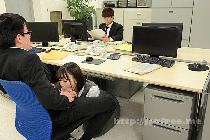 [HD][GS-398] 真面目だと思っていた地味で小柄な女子社員が…実はムッツリスケベのチ○ポ大好き娘!バレないように僕のチ○ポを机の下で握りしめ、勝手に手コキ&濃厚フェラチオ!他の社員にバレちゃまずいので逃げ出すと、黙って追いかけてきて・・・ - image GS-398-8 on https://javfree.me