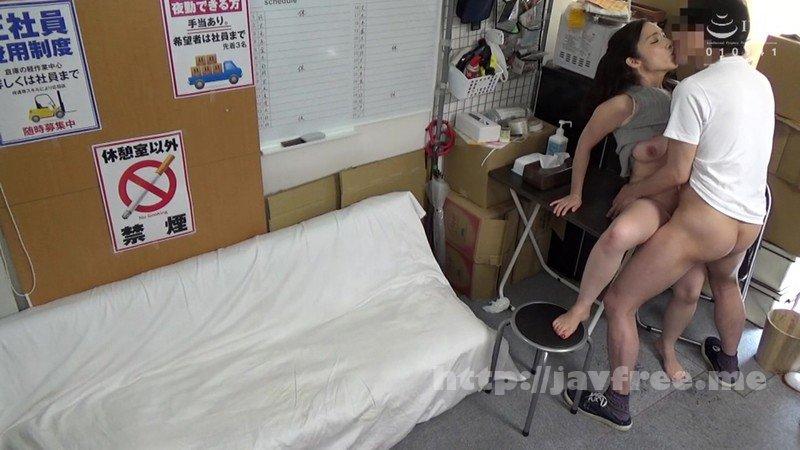 [HD][JJAA-042] パートの人妻さんが若い従業員をこっそり連れ込んで楽しむヤリ部屋になっているバイト先の休憩室17 - image JJAA-042-9 on https://javfree.me