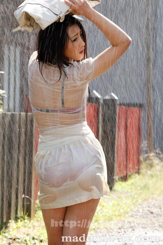 [JUC-510] 晴れ時々、ゲリラ豪雨 ~雨で濡れ透ける人妻の下着と柔肌~ 管野しずか - image JUC-510-8 on https://javfree.me