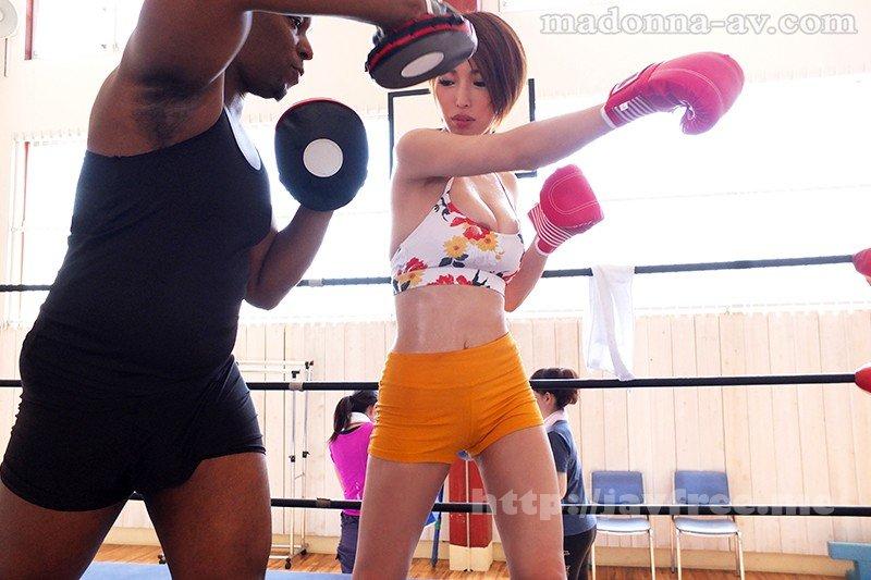 [JUY-639] 【※驚愕中出し※】黒人ボクシングジムNTR 妻がスタイル維持の為、ジムに通いたいと言ってきたのでテレビCMのようにビフォアー、アフターが見たいと思いビデオカメラでトレーニング風景を撮影してくる事を条件に了承したら、トレーナーの黒人(元プロボクサー)とのとんで…