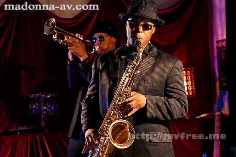 [HD][JUY-665] 【※驚愕中出し※】黒人JazzミュージシャンNTR 妻が長年ファンだった大物ジャズミュージシャン・マグナムが来日しました。 僕の会社が協賛していたのでコンサートのチケットと楽屋での面会を妻にプレゼントしたのですが…。 後日、マグナムから妻宛に届いた記念DVDには、そ… - image JUY-665-2 on https://javfree.me