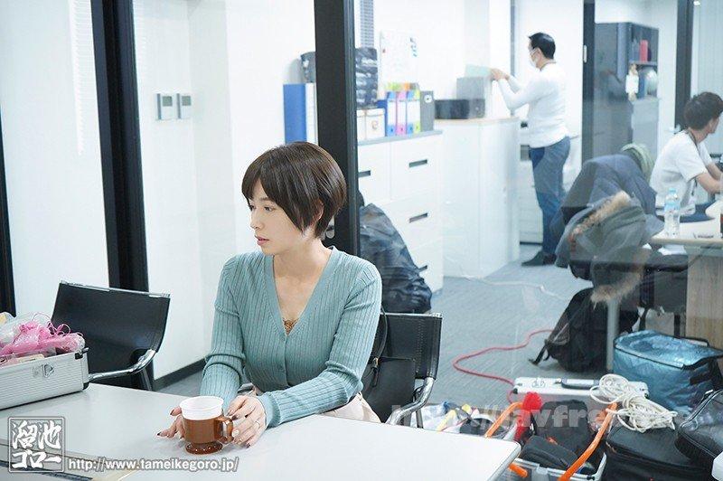 [HD][MEYD-658] 溜池ゴロー15周年YEARコラボ第2弾 「映像関係」というパート募集に応募して採用された会社はAVメーカー。ADとして働き始めたのにいつのまにか人妻女優としてAVデビュー 奥田咲 - image MEYD-658-1 on https://javfree.me