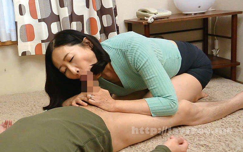 [HD][OFKU-173] 茨城から 再び上京した嫁の母が…パンチラ義母 緒方泰子50歳 - image OFKU-173-2 on https://javfree.me