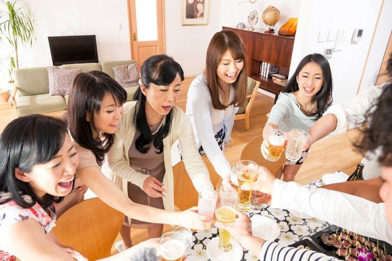 [SHE-569] 取り合い!喰い合い!熟女合コン3 飲んで!騒いで!ヤリまくる!これが大人の飲み会だ!!
