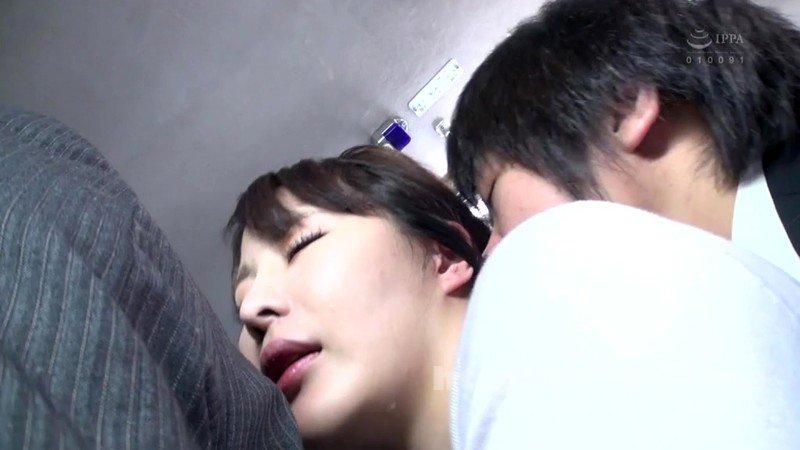 [HD][SW-688] 満員バスで夫が横にいるのに他人の勃起チ○ポがミニスカデカ尻にめり込んで興奮してる人妻。旦那の目を盗むスリル萌えで他人チ○ポ握りしめ、パンティずらしてマ○コに誘ういけない奥さん。こんなとこで挿入しちゃっていいんですか?!