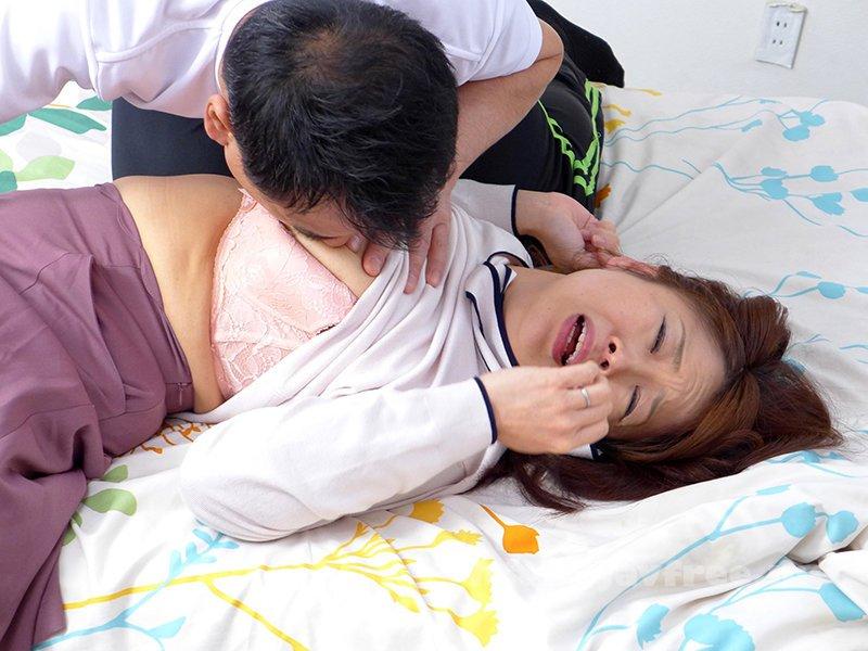 [HD][TMRD-1062] 熟妻 息子のサッカーのコーチに襲われた清純妻 六十路完熟女は44年ぶりに再会した同級生に2穴されて… - image TMRD-1062-3 on https://javfree.me