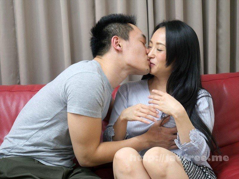 [HD][UMSO-233] 「そんなつもりじゃなかったのに…」なんて嘘ついたって…酔ったフリして年下のイケメン宅に連れ込まれても突然のキスに嫌がるどころか欲情スイッチが入ってしまって本当は期待してたのがバレバレな可愛いおばさん - image UMSO-233-20 on https://javfree.me