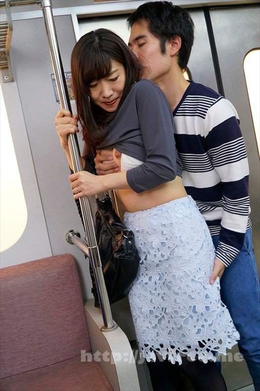 [HD][UMSO-315] 『え、こんな私のカラダで興奮するの?』 4女を忘れかけ無警戒に乗り込んだ電車内で若い青年に熟れた胸や尻を弄られたおばさんは感じまいと必死に抵抗するが、性感帯を刺激された瞬間スイッチが入ってしまった