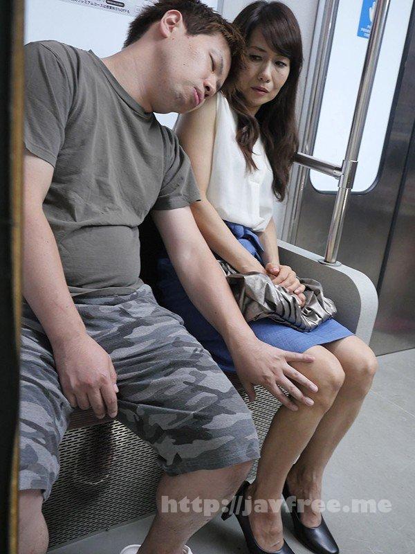 [UMSO-404] 『え、こんな私のカラダで興奮するの?』女を忘れかけ無警戒に乗り込んだ電車内で若い青年に熟れた胸や尻を弄られたおばさんは感じまいと必死に抵抗するが、性感帯を刺激された瞬間スイッチが入ってしまった作品集 2 - image UMSO-404-19 on https://javfree.me